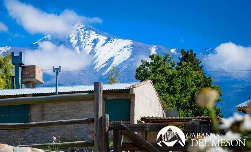 Cabañas del Mesón Valle del Sol, Potrerillos, Mendoza, en plena Cordillera de los Andes. Lo invita a compartir un paisaje de ensueños donde sobresale la naturaleza en su estado mas puro y donde el descanso y la tranquilidad serán su compañia.